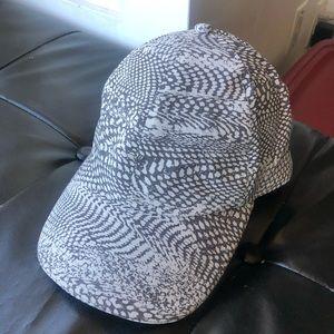 Lululemon Hat WRPY BALLER HAT RUN Grey White NWOT